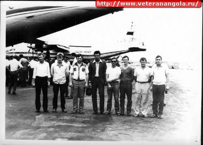 Экипаж Ан-12 Сергея Лукьянова  в Анголе. На заднем плане сам самолет,  хорошо виден его бортовой номер 11747