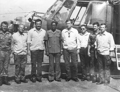 Советские экипажи вертолетов Ми-8 с президентом Анголы Ж.Э. душ Сантушем. Первый слева М. Сахаров