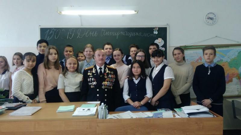 Владивосток. Глава представительства  С В А  Надежин В. И. среди учащихся 38 средней школы.