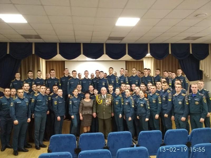 На фото Янишевский  В. И. Янишевская  Л. М.  среди студентов Пожароспасательной  Академии. Владивосток.