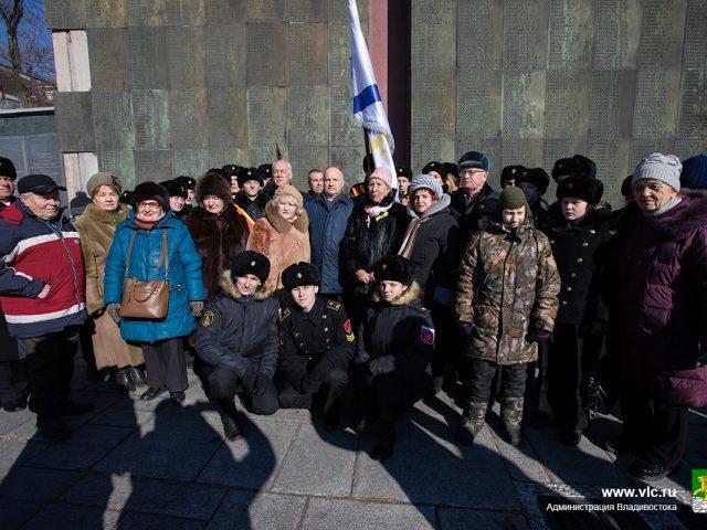 Фото на память юнги ФЮМ «Восток» с руководством города Владивостока и членами организации ветеранов-блокадников города