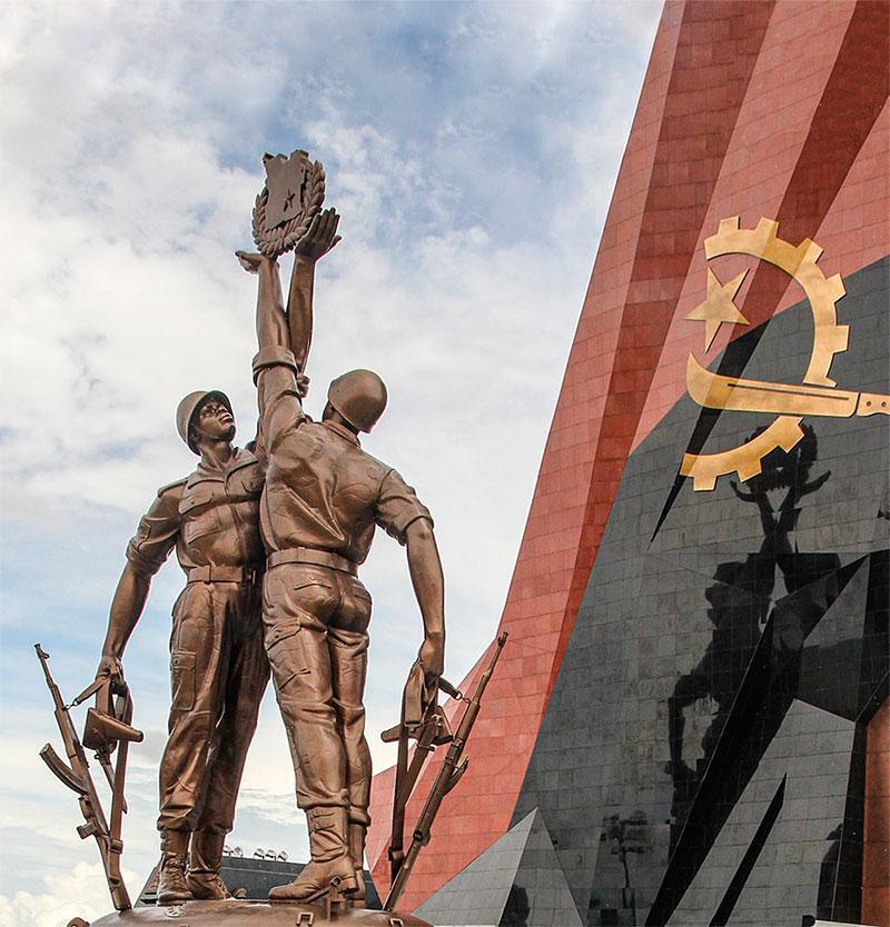 Центральный монумент мемориала «Защитникам Куито Куанавале», Ангола, провинция Квандо Кубанго. Фото Александра Стволина.